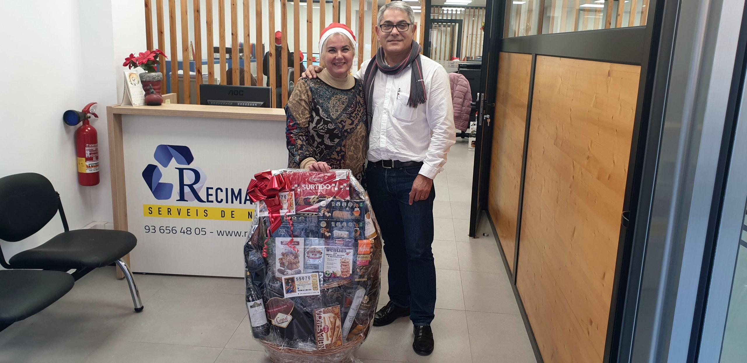 Cada año Ángel Arcas hace entrega de cestas de Navidad especiales para los trabajadores que cumplen fechas especiales con nosotros